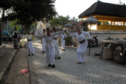"Those in white are considered the ""chosen"" in a community. Here women fall into trance around the Dalem Ped temple. (Photo by Maria Bakkalapulo)"