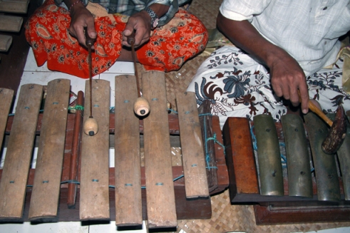 The saron uses both bamboo and metal keys to create it's unique interlocking rhythm. (Photo by Maria Bakkalapulo)